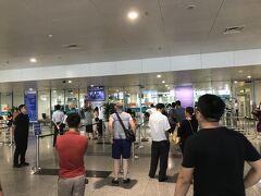 定刻より少し早く、ハノイノイバイ国際空港に無事に到着。 ベトナムの首都の空港に関わらず、ややコンパクトな作り。