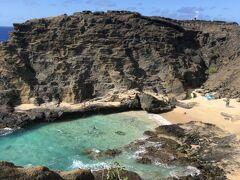今日は朝からカイルア方面へ向かいます。途中、以前に木梨目線憲sunで長嶋一茂さんが隠れビーチとして紹介していたハロナビーチコーブに立ち寄ります。パワースポットとしても人気があり今では人気スポットになり次々人が立ち寄ります。