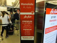 結局今年もハワイに決定です。 初のエアアジアです。 プレミアムフレックスなので、優先チェックインできました。 毛布はレンタルです。日本円でもドルでも支払いできますが、 おつりはドルになります。 モニターも何もないですが、離陸着陸ともスムーズで道中 揺れもほとんどなく快適でした。