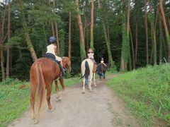 建物の2階はおしゃれなイタリア料理屋(トレカバロ)さん、1階は乗馬クラブの受付になっています。 乗馬グッズや馬の一頭一頭のブロマイドやキーホルダーも扱っていました。  小さな子供でも、馬場の外での乗馬体験をすることができ、馬の背に揺られて赤松林の散策ができます。 乗せてもらったお馬さんともずいぶん仲良くなりました。   また来たいなあ...。