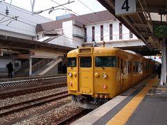 普通電車に乗り換え、倉敷駅に到着しました。 日曜日の朝ですが利用している方は多く座席はほぼ埋まっていました。 倉敷駅、ホーム下の模様が倉っぽい様子で雰囲気ありました。