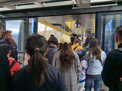 15時シーニックワールド到着。 大きなロープウェイに乗り込む。 ここは中国からの観光客が多そうだった。