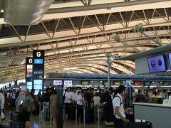 8月10日(土) タクシーで京都駅に行き、7:20のリムジンバスで関空へ。お盆休み初日のため、早めに出発しましたが、9時には前日に送ったスーツケースを受け取り、チェックインできました。 ただ、京都駅では関空行きのリムジンバスは全便満席の案内板が出ていました。関空の4階国際線出発フロアもすごい人でした。