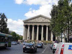 ラデュレを出て北方向に歩くとすぐにマドレーヌ寺院が見えてきた。 パリの中心部に位置する有名な教会。
