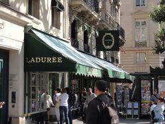 ロワイヤル通りとの交差点角にあるラデュレの店には列ができていた。 短い列なので並んでいたら、結構すぐに入れた。