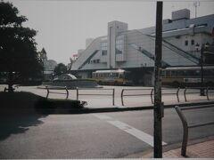 「JR茅ヶ崎駅前」  1996年7月24日、JR茅ヶ崎駅前。  子どもの頃から夕陽と海を眺めることが好きだった。 海が好きだからなのか、中学生ぐらいからサザンを聴くようになった。  その後、自分の中でのサザンブームは消え去ったのだが、 都内に行く機会があり、 ついでに、まだ行った事のない湘南エリアを訪れようと思いやって来た。  (こののち、湘南・鎌倉エリアが大好きになり、  都内へ行くたびセットで訪れるようになった。)
