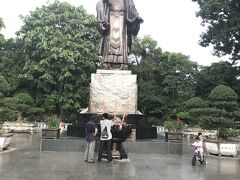 公園が見えたので見てみると李太祖像が見えた。 李太祖は、中国に支配されていたベトナムを独立させて人物で、李朝の初代皇帝。 公園では、高校生くらいの子たちがローラースケートの練習をしていた。