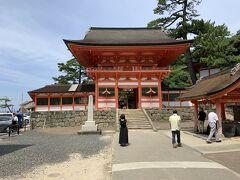 路線バスで日御碕神社へと到着しました。写真は日御碕神社の山門。ここには、アマテラスとスサノオを祀る社殿が2つあります。