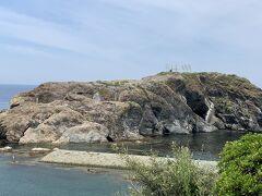 日御碕灯台の近くにある「経島(ふみしま)」は、ウミネコの繁殖地として有名みたいです。毎年12月ごろに渡来し、4~5月ごろヒナを孵し、7月ごろには北方の海へと飛び立つそうです。