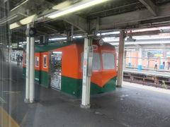 藤沢駅。ホームには昔活躍していた湘南電車80系を模した売店があって面白い。