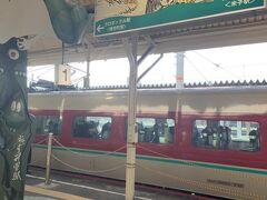 今日の行程は、まず朝が非常に厳しかったです。そもそも山陰は交通手段がよくないのに加えて、バスは基本的に朝は弱いので、乗り継ぎ効率を考えると、朝7時前の特急に乗る必要があります。白目で見られながらも、ホテルで急いで食事を済ませ、そのまま出発。まずは、松江駅から特急に乗り、米子駅で境港線に乗り換えて、境港駅を目指します。  写真は米子駅の境港線のホームです。もうすっかり鬼太郎です。銅像もあるし、ラッピング電車もあり、境港線から基本的に妖怪モードです。まあ、妖怪をピックアップしてから20年以上になるので、いろいろなことが積み重なった結果だろうなあと。