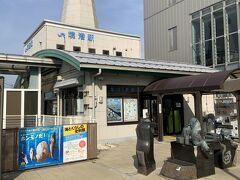 普通列車に30分ほど揺られて、米子駅から境港駅へ。境港駅は小さいのですね。  また、駅の隣は、隠岐の島行きのフェリーの一部ここから出港している関係上、観光協会も兼ねた立派なビル「みなとさかい交流館」が建設されていました。