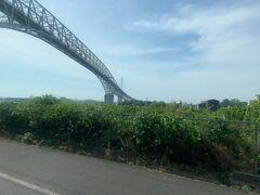 9時前に臨時便の路線バスに乗り、美保関灯台を目指します。  写真は、中海から日本海へと抜ける海峡の上にかかっている橋です。大きな船でも航行できるように、非常に高く立派な橋です。この橋を通って、境港側から美保関側へと入りました。