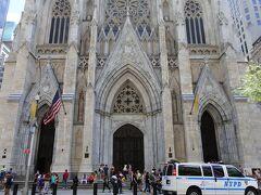 聖パトリック大聖堂。  5番街を歩いて北上し、アップルストア五番街店を目指しました。 ガラスキューブを見たかったのですが、残念ながら取り壊され、リニューアル工事中でした。