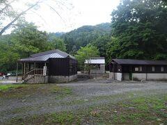 林道を少し歩くと御沢野営場