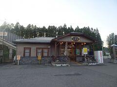 タクシーで20分弱で山都駅(4380円)。 既に駅の窓口も閉まり、駅周辺は閑散としていました。