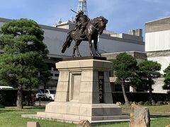 県庁前で降りて、松江城を目指します。こちらは松江松平藩初代藩主の松平直政像です。越前松平家から転封され、松江の街は以降、松平家が治めます。