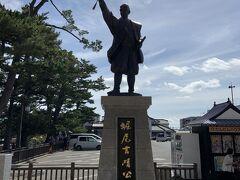 こちらの銅像は、松江城を築城した、堀尾吉晴像。最初は、戦国時代からあった月山富田城に入城しますが、便が悪かったために、松江に5年がかりで城を築城した人です。