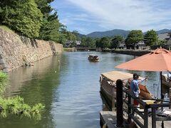 次は、松江城のお堀を巡る遊覧船に乗船。たまたま目の前にこれから出航する船があったから乗せてくれるかなあと思ったらダメでした。おかげでかなり待ちました。 しかも、まだ水位が高くて半周しかできないということで、船頭さんはしきりに謝っていましたが、それでも十分でした。 言うまでもないことですが、船は、当然のことながらモーターボートです。