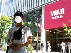 お目当ての銀座「MUJI」に到着並木通りを挟んで記念撮影