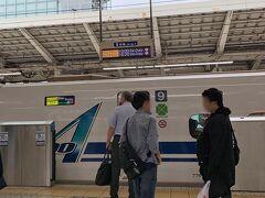 最近、旅行というと飛行機の旅がほとんどだったので、 今回も普通に伊丹までの飛行機予約をしたのですが… あれ? 羽田まで行く時間とか考えたら新幹線の方がラクだよね? というわけで、 伊丹くらいじゃマイルもそんなにたまらないし、 新幹線で行くことにしました。  北陸、上越新幹線はしょっちゅう乗ってるけど、 東海道新幹線はひさしぶり♪