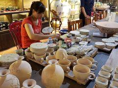 ハノイから車で約30分ほどでバッチャン村に到着。一通り歴史と行程を説明してもらいました。15世紀ごろから陶磁器作りが始まったそうです。すべて手作り。職人の技巧の業を垣間見ることができました。