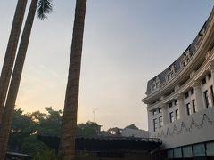 気持ちいい朝です。朝焼けした空とヒルトンホテル。