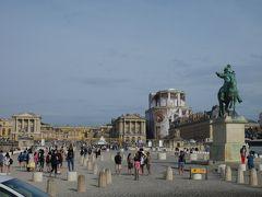 2駅目の『ヨーロッパ』で下車、プラタナス並木の大通りにでると、ヴェルサイユ宮殿が間近に見えてきます。  私は3度目のヴェルサイユ宮殿、32年ぶりです。 でもツアーで宮殿のみの観光だったので、プチトリアノンやグラントリアノンは来たことがなく、今回は一日かけて全域を廻るのが楽しみです。