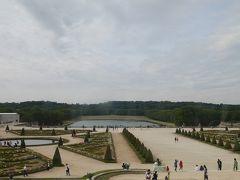 回廊から見た庭園、どこまでも続く広さです。 ここを過ぎて更に進んだ先に、グラントリアノン、プチトリアノンがあります。