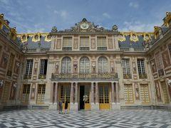 中に入るまで1時間掛かりました。午前10時です。 ここはアントワネットのバルコニー、1789年10月6日明け方、パリから押し寄せる群衆にこのバルコニーから会釈した話は有名です。