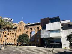 現代美術館を横目にロックス地区へ歩きます。ここの 4階にあるMCAカフェからの眺めが良いらしいので、明日のお昼はここに決めました。ちなみに入館は無料です。