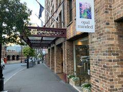 ロックス地区のホテルの中でもかなり古いらしい Holiday inn Old Sydney です。今までの旅行では、少しでも安く立地条件の良さそうな宿ばかりを選んできましたが、今回はその中でもとてもお得な感じがしました。