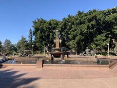 セントメアリー大聖堂を目指す途中の公園中央付近に大きな噴水があります。アーチボルトの噴水です。市民の憩いの場になっているようですね。