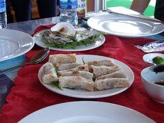 乗船するとすぐに昼食。 6人でシェアする大皿でしたが、食べきれないくらいのボリュームがあり、味もそこそこです。