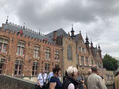 フィッシュマーケットの前の橋を渡ります 後で調べたらそこにはきれいな美術館「Brugse Vrije」の裏でした