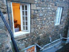 私たちの泊まったホテルを外から撮った  窓が開いているのが私たちの部屋