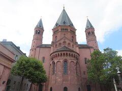マインツ大聖堂に到着。 赤土の壁作りなのはシュテファン寺院とかと同じですね。