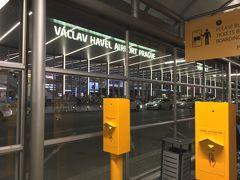 チェコ共和国、プラハ入国 時刻は定刻21:30頃だった イミグレで少し待ち22:00頃ATMで金を下ろし空港を出た。
