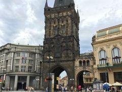ホテルから徒歩20分程度だったかな? 火薬塔到着 この黒みがかった石がカッコイイぜ この塔から先プラハ城までが、いにしえの『王の道』と言う ここを歩きます