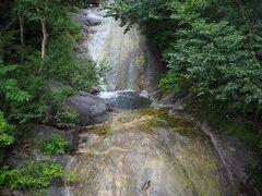 バス停から10分程歩いて、カムイワッカ湯の滝に着きます。