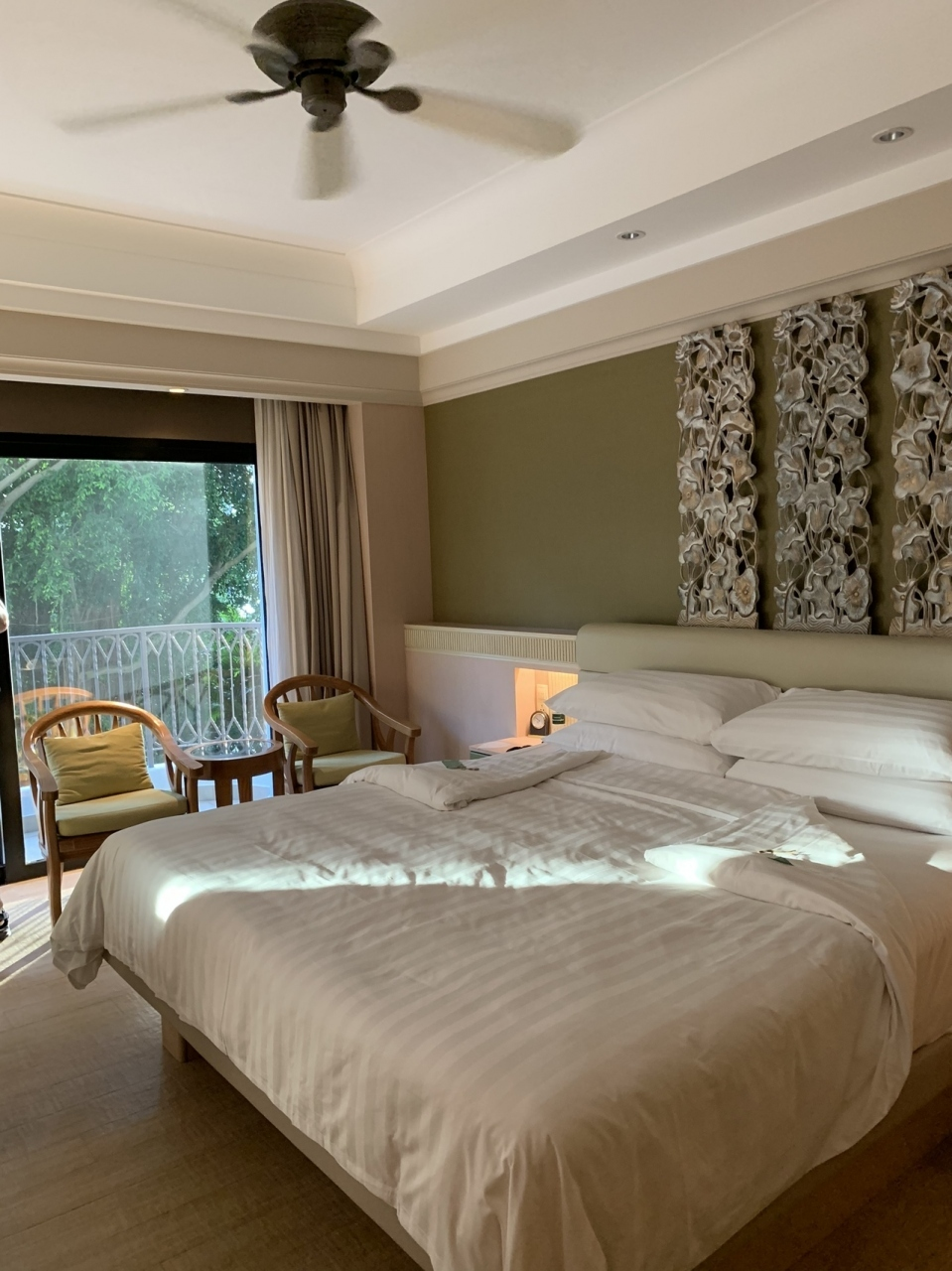 ホテル到着。 ホテルは憧れのシャングリラ!! 高級リゾートホテル好きの母の憧れでした。  国内では高すぎて泊まれない。 シンガポールでも高かったので(1泊20000円くらいでした。) 一番ランクの下のタイプだけど 十分広いし清潔で快適でした。  シャングリラに泊まれたことでこの旅の目的の半分は達成w