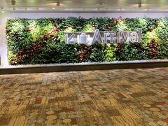 シンガポー到着! 空港広い!きれい! さすがアジアNo1の空港だなー。 1度来てみたかった空港なので感激。 映画館やプールもあるとか。 出発日は半日空港で遊ぶので探検はその時に。