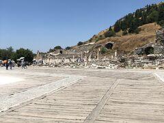 今日のめだまのひとつ、エフェソス遺跡です。 いかにも古い遺跡。見どころ満載です。 トルコに来たら絶対来たいところですね。