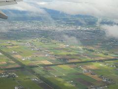 まだ台風周辺の雲に覆われている千歳上空。でも薄日も差し込んでいてほっと一安心。 無事に着陸し、新千歳空港の日産レンタカーでノートを借りてドライブを始めました。