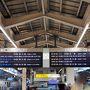 さて、8月9日の朝です。 帰省ラッシュは明日からですが、朝6:10の時点で6:16発ののぞみの自由席はすでに3席並びは空いておらず、6:20発ののぞみ自由席を待つことに。(指定席取れってね。(笑)) なんと!6:20 東京駅発ののぞみに名古屋からは乗ってきた方のすべてが座れず仕舞いで、その光景に驚く働きマンの子供達。 「ねえ、ママ・・・この人達、皆立ったままなの?お席ないの?」 ととても不思議そう。 「そうだよー!自由席だからね。座りたかったら指定席取らないと難しいんだよ!」 と世間の荒波?弱肉強食!?を教える働きマン。 懐かしいなー。子供の頃が・・・確か、大阪発の特急はまかぜの自由席に三宮から座る為にダッシュしていたっけ?(笑)今思うと、子供の頃から指定席とってもらえなかったもんな。我が家(笑)