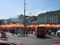 マーケット広場 オレンジのテントは雑貨など