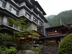 飯能駅から無料送迎バスで約30分、名栗温泉の一軒宿『大松閣』に到着。  *表紙