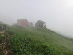 八方池山荘を後に歩き始める どうでもいいけど、このガスどうにかならない?  山荘とリフト小屋もかすんじゃってるよ