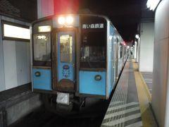 盛岡駅からは新幹線開業時に東北本線から移管された岩手・青森両県運営の第3セクタ鉄道を走ります。青い森鉄道の電車は青い色でした。