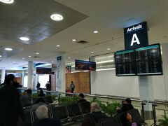入国審査を済ませて無事入国です。  朝6時ですが結構な人が空港にいました。 この時点で周りは白人だらけ。日本人はほとんどいません!
